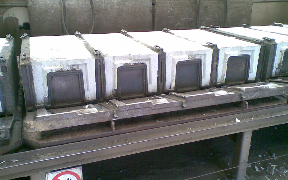 Moulds for cable trays and carrousel system