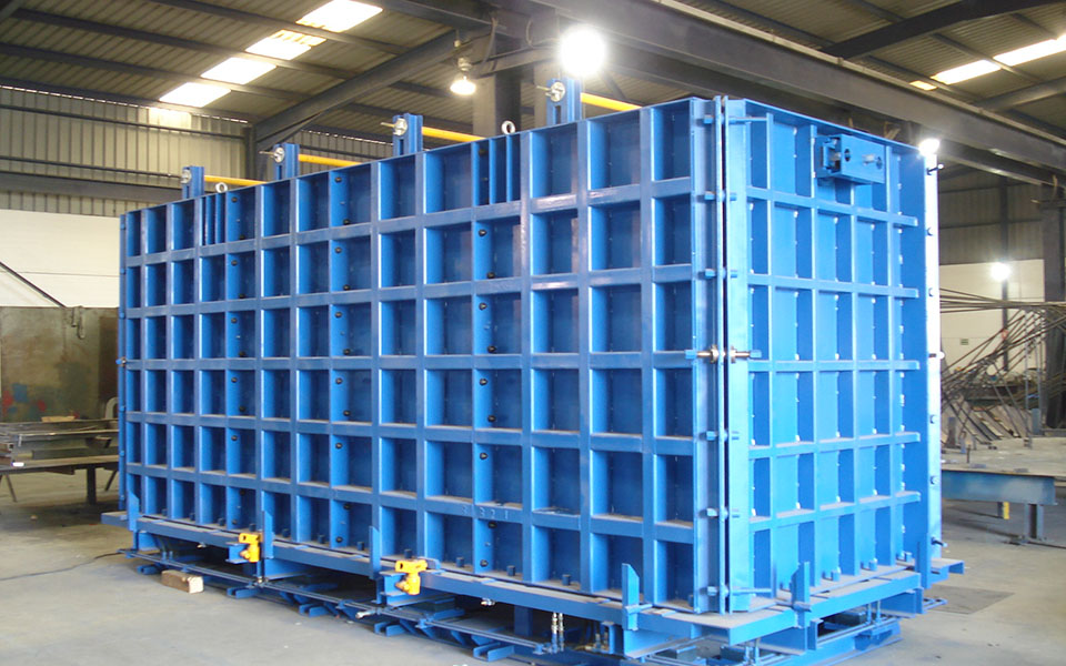 Mould for underground containers
