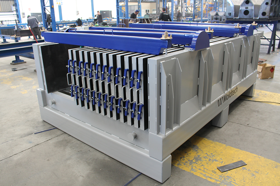 BATTERY MOULDS FOR THE PRODUCTION OF LIGHTWEIGHT PANELS