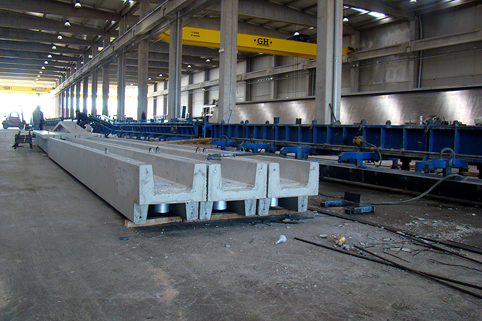 COMPLETE FACTORY FOR THE PRODUCTION OF PRE-STRESSING ELEMENTS AND CLOSING PANELS